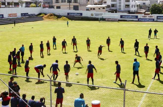 Los jugadores del Deportivo Quito no han podido entrenar con normalidad en el 2013 y 2014. Foto: Julio Estrella / El Comercio