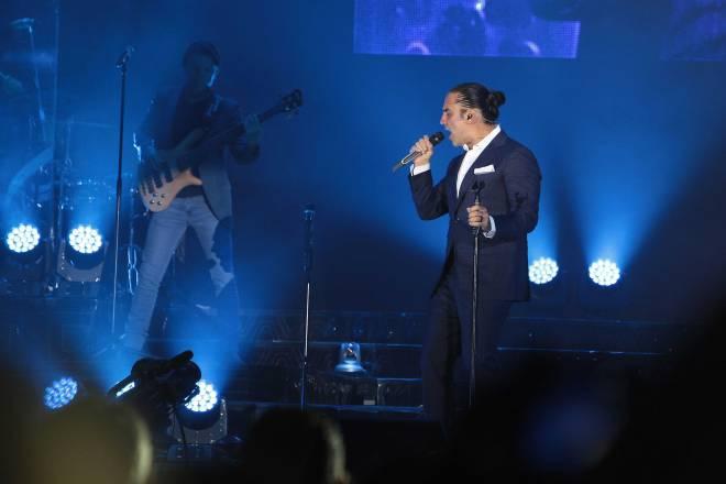 Alejandro Fernández en pleno concierto en Quito. Fotografía de Eduardo Terán / El Comercio.