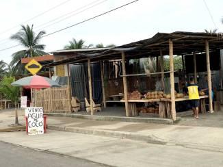 La gente ha salido a la calle a vender agua de coco.