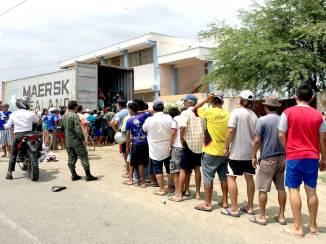 Largas filas a la espera de poder obtener algo de víveres para subsistir.