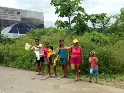 Familias enteras salen a las calles a pedir ayuda.