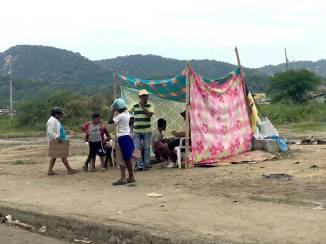 Las familias han montado pequeñas estaciones para pedir ayuda en las vías.