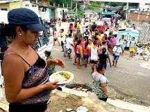 La comida llega cada tanto. Las familias se han organizado para recibir las donaciones.