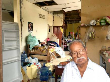 Don Alfonso mira hacia adelante. A sus 86 años, su familia se respalda en él.